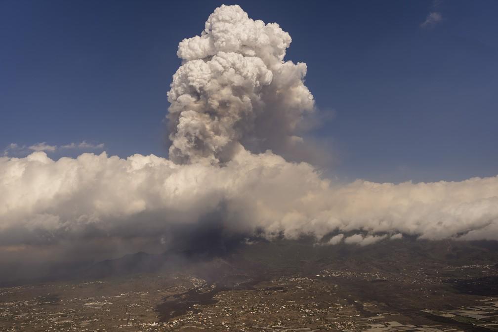 Erupção de vulcão se intensifica nas Canárias e mais 3 cidades são esvaziadas