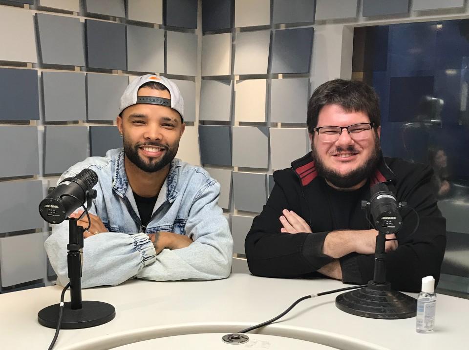 MC Zaac e Danilo Gobatto, nos estúdios da Rádio Bandeirantes