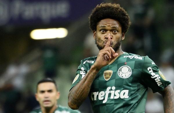 Luiz Adriano é advertido pela comemoração do gol marcado contra o Sport