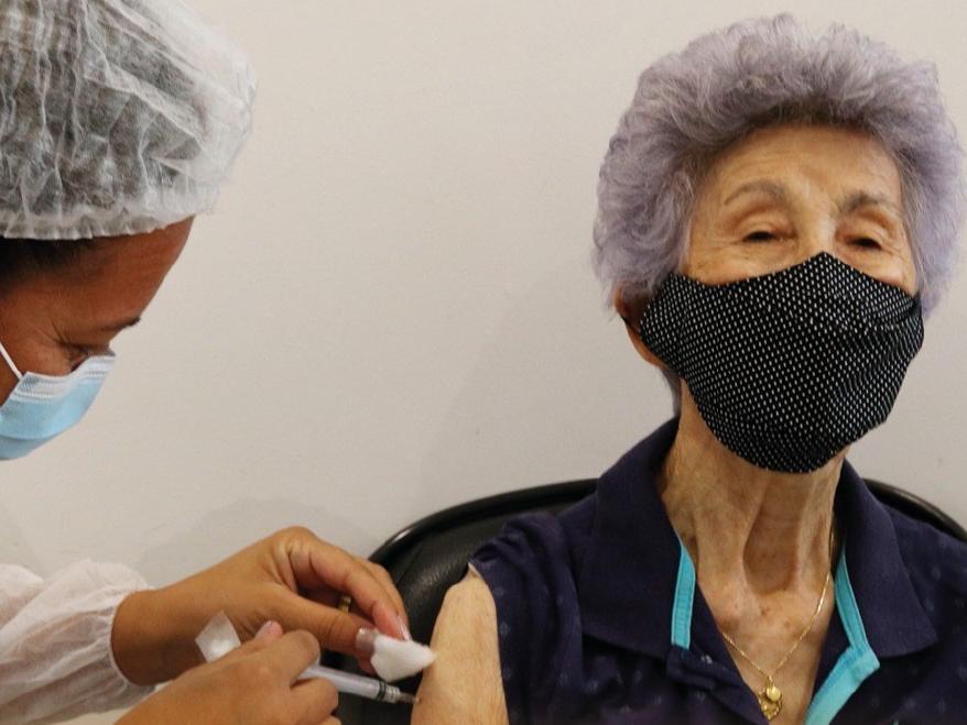 Longe de meta de 1 milhão por dia, ritmo da vacinação no Brasil preocupa