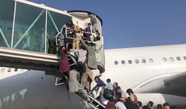 Tumulto em aeroporto para fuga da capital do Afeganistão causa ao menos 7 mortes