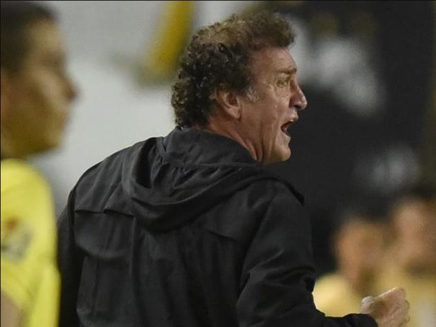 Cuca achou que seria uma boa ideia agarrar uma bola na lateral e atrasar o reinício do jogo em plena final da Libertadores