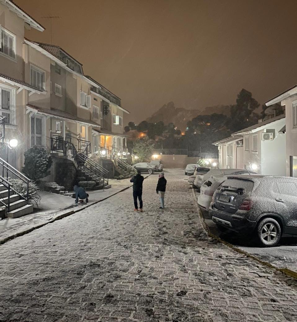 Frio intenso provoca neve no Rio Grande do Sul e geada no Paraná