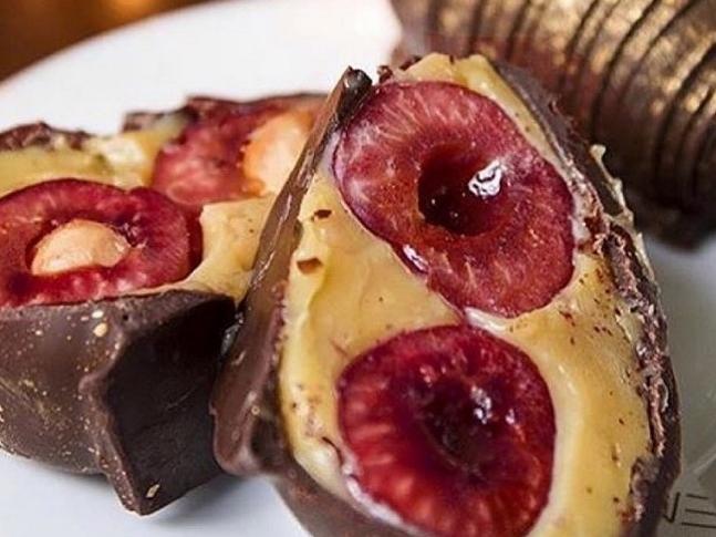 Bombom de cereja leva brigadeiro branco e cobertura de chocolate: saiba fazer
