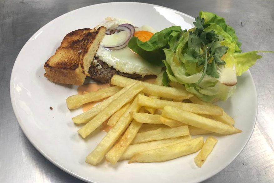 Hambúrguer aberto com batata frita e salada | Band Receitas