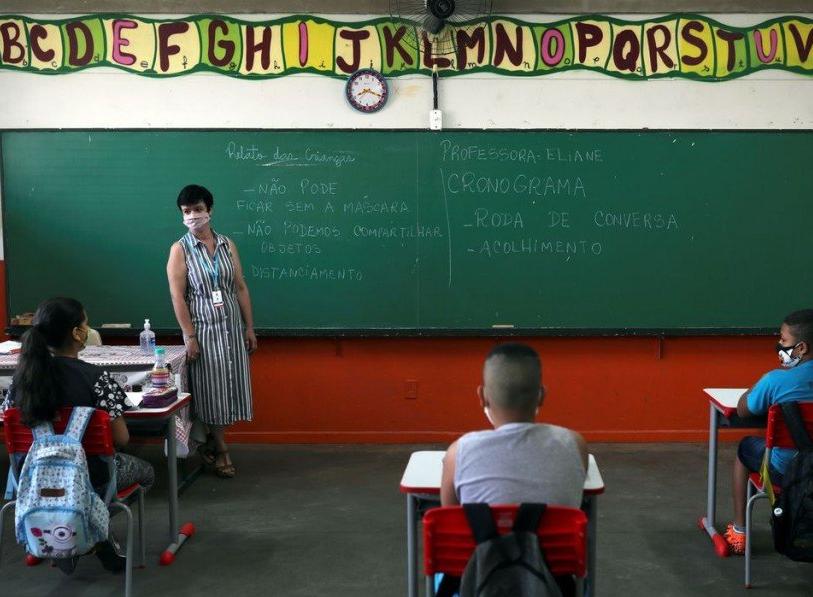 Estudantes em aula presencial