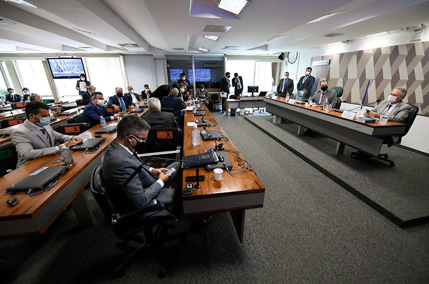 Sem pressa por depoimento, Renan critica ausência de Pazuello em CPI