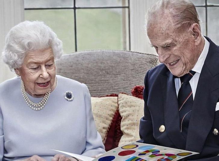 Rainha Elizabeth e Philip comemoram aniversário de 73 anos de casamento isolados