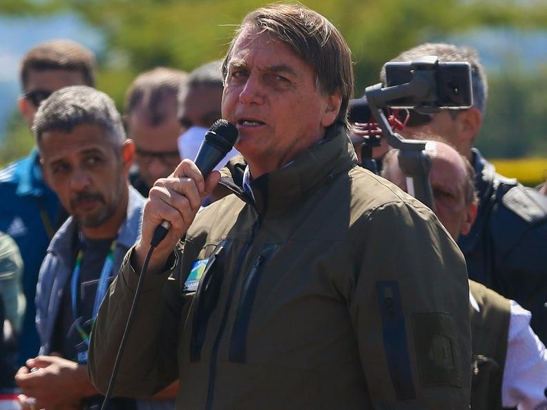 Bolsonaro discursa em frente ao Palácio da Alvorada