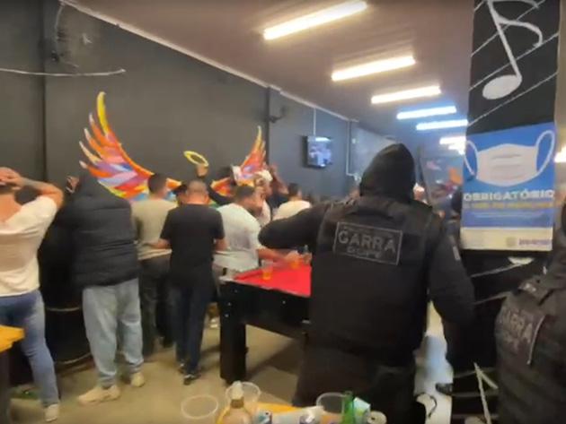Operação fecha festa clandestina com 120 pessoas dentro de bar em Jandira