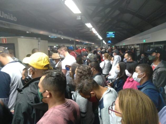 Falha causa lentidão de trens e lota estações na Linha 15-Prata do monotrilho em SP