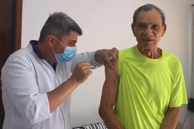 Ex-goleiro Manga, ídolo de Botafogo e Inter, é vacinado contra a Covid-19