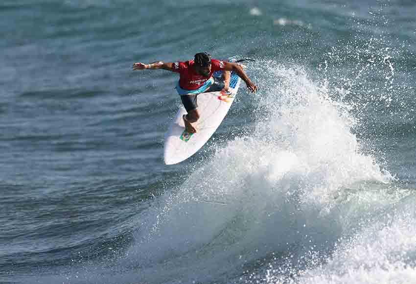 Na estreia do surfe, Italo Ferreira lidera bateria e avança em Tóquio-2020