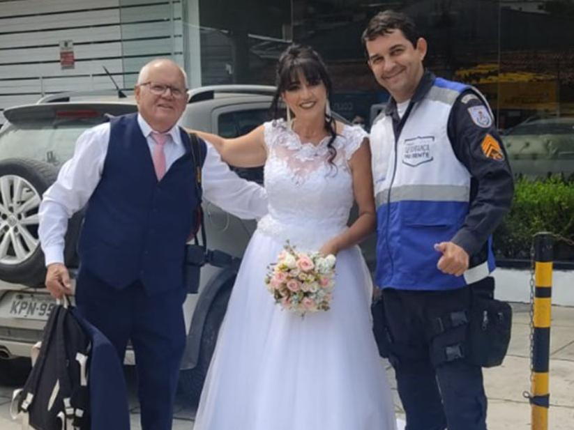 Kombi enguiça e noivos chegam à igreja em viatura da Polícia Militar no Rio de Janeiro