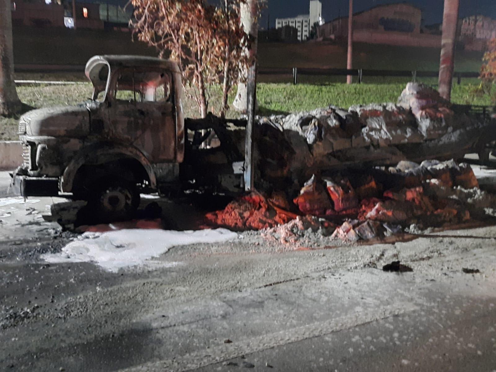 Caminhão de Aleksandro foi incendiado por vândalos próximo à comunidade Santa Cruz, em São José dos Campos