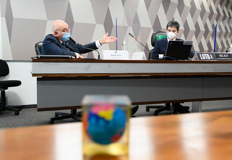 Osmar Terra diz que Carlos Bolsonaro participava de reuniões ministeriais, mas nega gabinete paralelo
