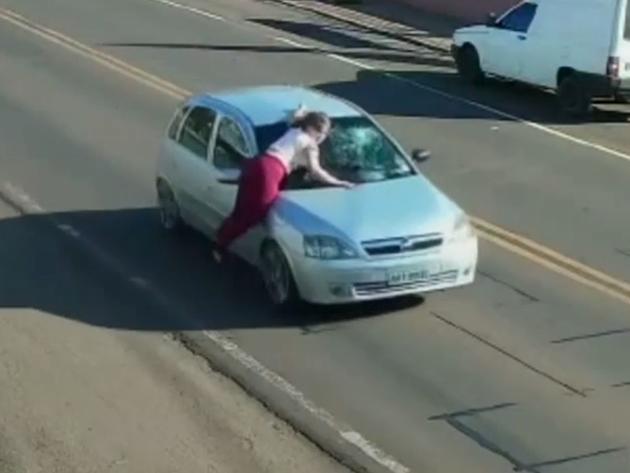 Mulher é carregada em capô de carro após briga com ex-marido no Paraná; veja as imagens