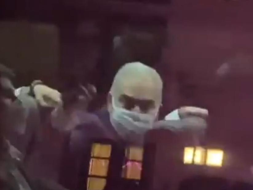 Ministro da Saúde ofende manifestantes e faz gesto obsceno nos Estados Unidos