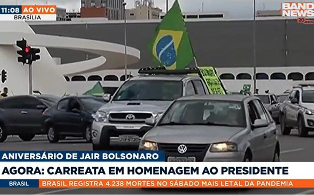 Apoiadores fazem carreata em Brasília para homenagear Bolsonaro, que completa 66 anos hoje