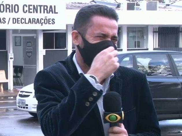 """""""Não contive o riso"""", diz repórter após viralizar com notícia de galo preso no Paraná"""
