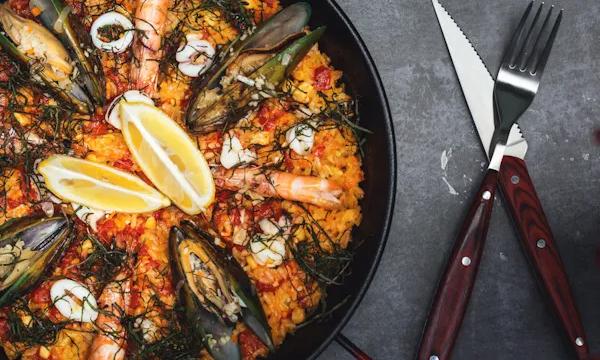 O que é paella e como fazer? Conheça prato típico da Espanha