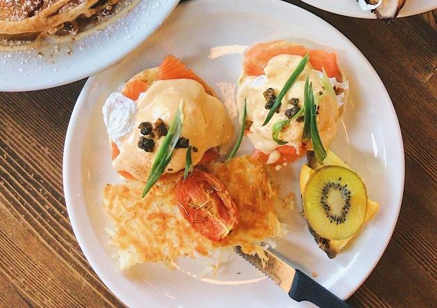 Ovos benedict: aprenda a fazer em casa para um brunch no fim de semana