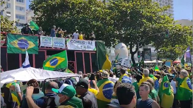 Apoiadores de Bolsonaro fazem ato pedindo voto impresso
