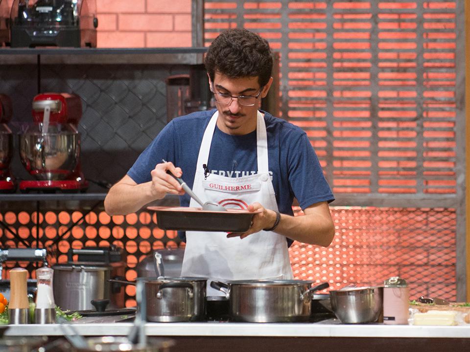 Guilherme começou a montagem do seu camarão internacional para gratinar no forno