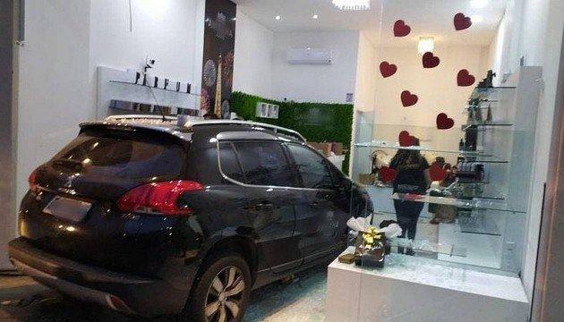 Homem tenta atropelar ex-mulher e invade salão com carro em SC