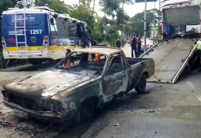 Veículo pega fogo no acesso ao Banhado em São José dos Campos