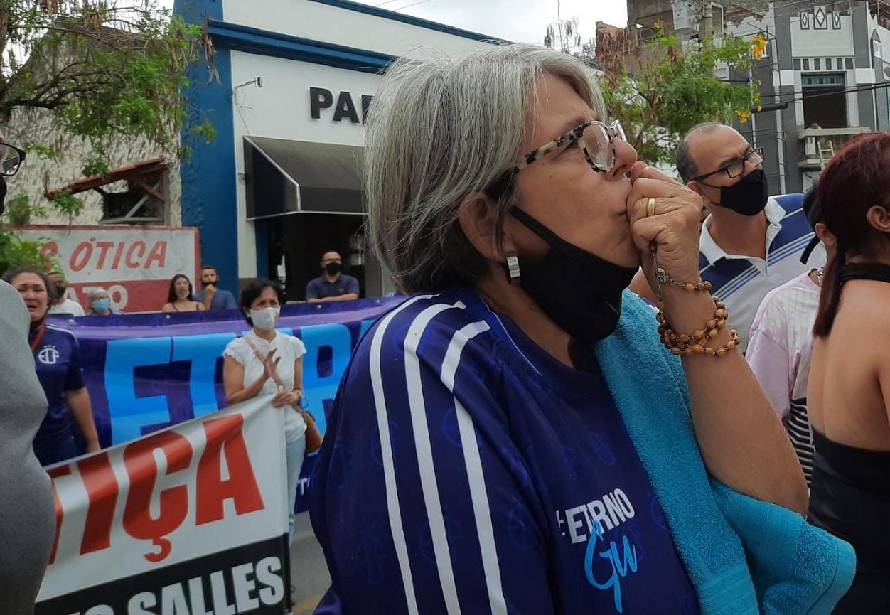 Caso Gustavo Salles: Sob protestos réus chegam à Câmara de Tremembé
