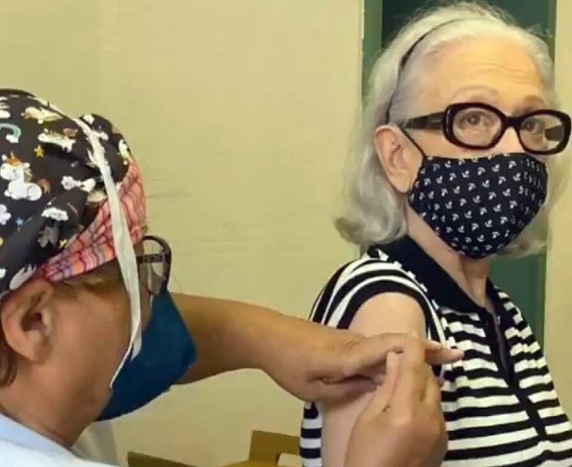 Fernanda Montenegro é vacinada contra Covid-19 no Rio
