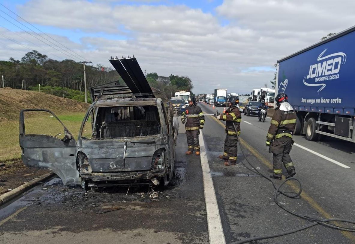 Caminhão pega fogo na Via Dutra, em Lorena