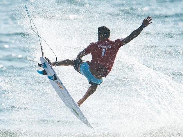 Italo Ferreira supera japonês e mantém sonho de final brasileira no surfe