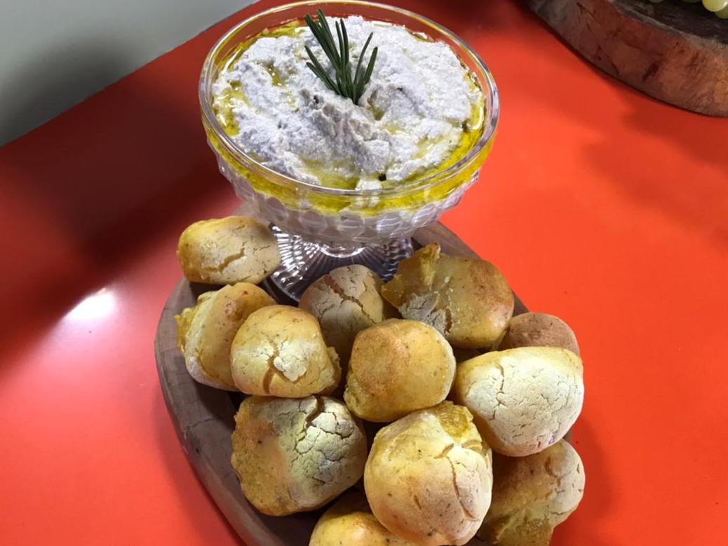 Veja como fazer uma deliciosa pasta de semente de girassol e pão de beijo
