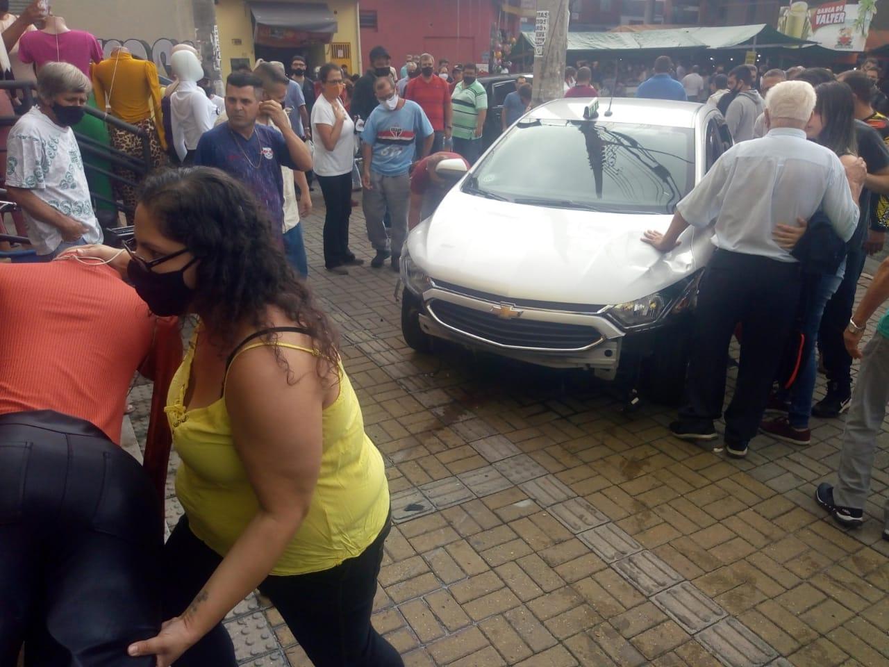 Carro invade camelódromo, em Taubaté