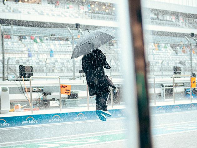 F1: Hamilton dá uma de Gene Kelly e dança na chuva em Sochi