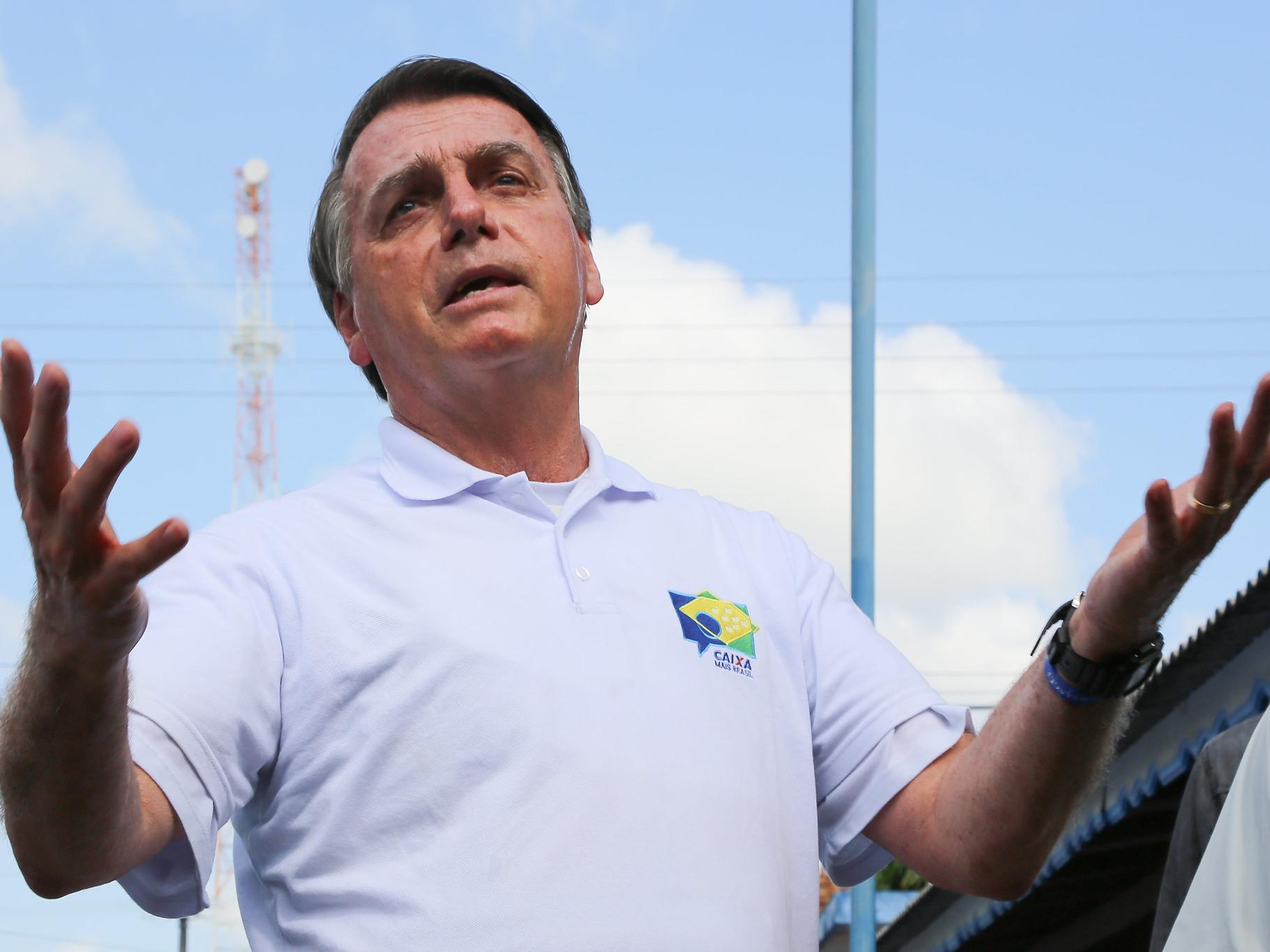 """Sem provas, Bolsonaro fala em fraude nas eleições e se diz """"ligado a Trump"""""""