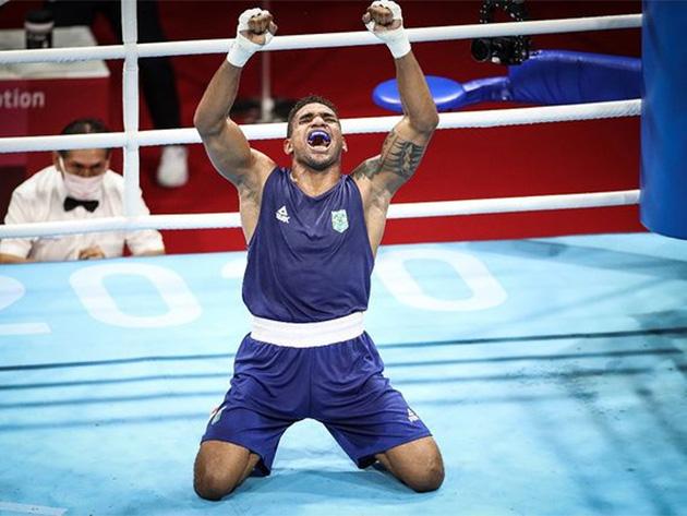 Brasileiro enfrenta atual campeão olímpico por uma vaga na decisão