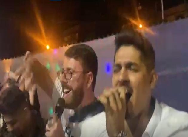 Renato Cozzolino, prefeito de Magé (RJ), participa de festa com aglomeração