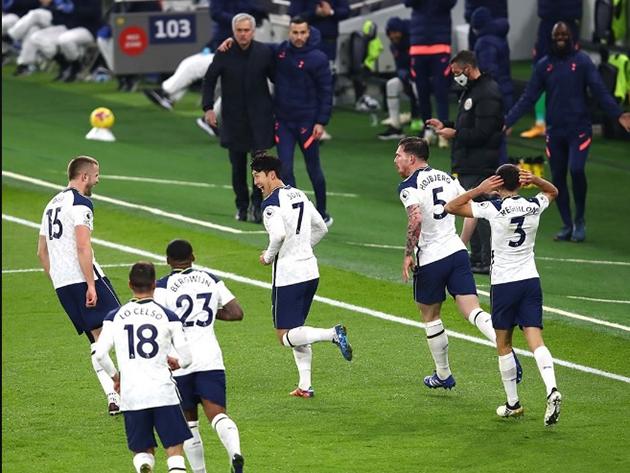 Observados por Mourinho, jogadores do Tottenham comemoram gol