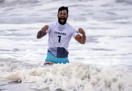Brasil brilha no mar e na piscina em dia de drama de Biles; veja o resumo