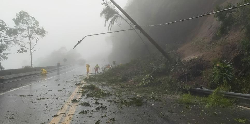 Após 30 horas de interdição, Rodovia dos Tamoios é liberada no trecho de serra