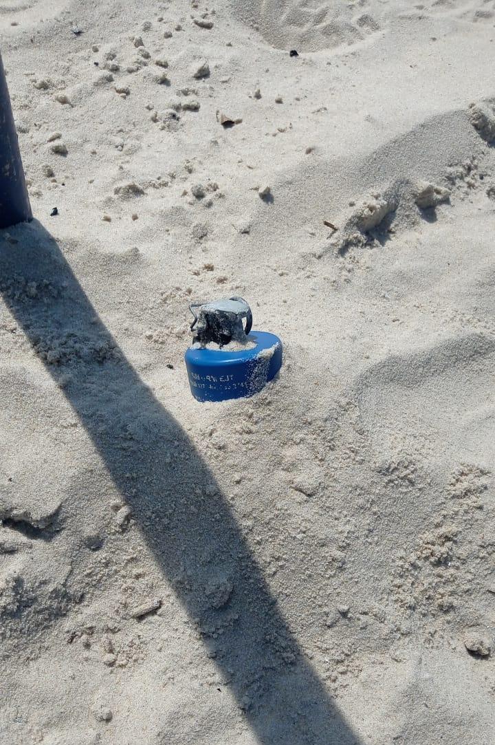 Granada é encontrada enterrada na areia da Praia da Copacabana