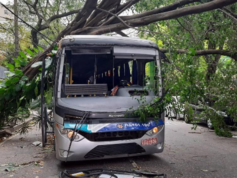 Diversos pontos do município do Rio de Janeiro estão sem energia elétrica após ventos fortes