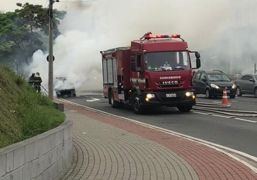 Veículo pegou fogo próximo ao Carrefour