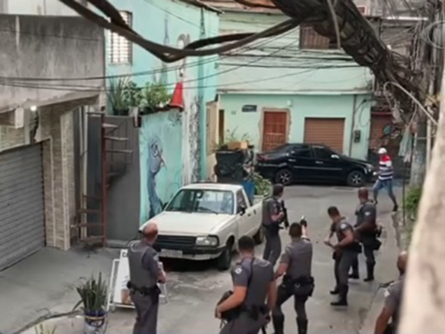 Moradores de comunidade entram em confronto com policiais após ação da PM em São Paulo