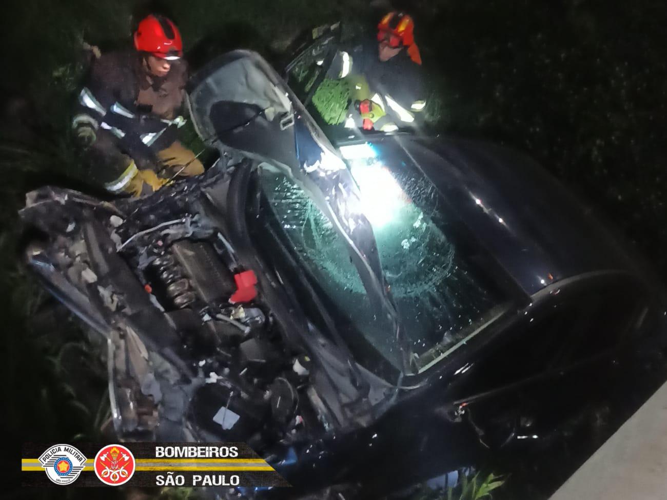 Carro e motociclista caem em córrego após acidente na Eduardo Cury, em São José dos Campos