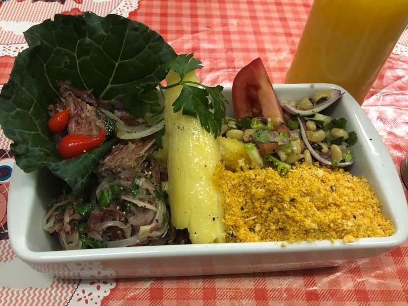 Anote a receita de carne-seca, mandioca, farofa e vinagrete de feijão que salvou o restaurante Pé de Fava
