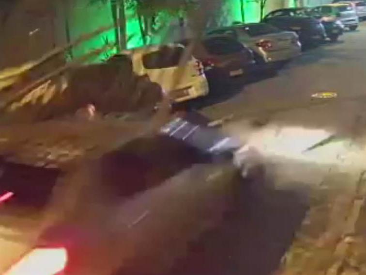 Motorista com sinais de embriaguez arrasta portão de condomínio em Guarulhos (SP)